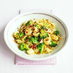Proef het pure Italie in dit smaakvolle pastagerecht. De combinatie van ansjovis, broccoli, knoflook en pasta geeft je het gevoel in een lokaal restaurantje in Italie te zitten. Buon appetito!    1.Kook de pasta 5 min.  2. Voeg dan de...