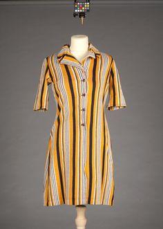 """Helskuren klänning med halvlång, isydd ärm. Krage med slag. Knäppning fram med fyra bruna knappar. Etikett: """"MMT, Katja of Sweden"""""""