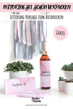 Ihr seid zu einem Essen eingeladen und wollt spontan noch ein Mitbringsel verpacken? Dann habe ich genau das Richtige für euch: Eine kostenlose Geschenkverpackung für eine Flasche Wein oder für eine Schokolade zum Ausdrucken. Zauber ein Lächeln, Lettering Vorlage kostenlos, Lettering Vorlagen, Lettering Vorlagen kostenlos ausdrucken, Handlettering Vorlagen zum Ausdrucken, Geschenke verpacken, Geschenke verpacken Flaschen, Geschenke verpacken Ideen, Geschenkverpackung basteln Place Cards, Place Card Holders, Printables, Diy Gifts Parents, Print Templates