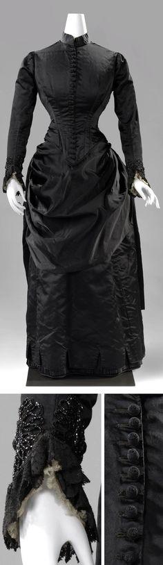 Wedding dress, W. Wildermann, Karlsruhe, 1885. Black silk satin trimmed with lace. Bustle. Rijksmuseum