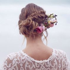 Fish tail braids and fresh blooms - would you go for this look by @momuhair for your big day? The Spirit collection is available to try on during trunk shows, or in-store. To view this collection, find your nearest trunk show or boutique head to our website (link in profile) image via @35mm_wedding_photography #annacampbellspirit #annacampbell #madeinmelbourne #lace #wedding #weddingdress