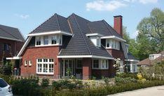 Deze nieuwbouw woning in Raalte is door STUDIO = architectuur ontworpen. De woning is gebouwd in de jaren 30 stijl. Waarbij er aandacht is besteed aan karakteristieke metselwerk die past in de stijl van de woning. De terugliggende rollagen in het metselwerk, de gemetselde raamdorpels en de overgangen tussen de houten geveldelen en het mestelwerk …