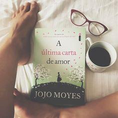"""Bom dia ☕️  A primeira leitura do ano e o desejo de que não exista """"a última carta de amor"""", por mais amor, por mais romantismo, por mais doçura e leveza... Um domingo bem relax, porque """"quem lê viaja""""! . #domingueira #sundaymorning #goodmorning #bomdia #coffee #quemlêviaja #leitura"""