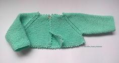 Con hilos, lanas y botones: DIY cómo hacer una chaqueta a punto bobo para bebé paso a paso (patrón gratis) Cardigan Pattern, Baby Cardigan, Knitting For Kids, Baby Knitting, Cardigans Crochet, Baby Wrap Carrier, Bebe Baby, Baby Wraps, Baby Sweaters