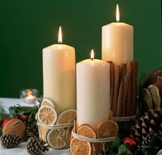 ADORNOS para NAVIDAD | Manualidades Navideñas 2019 [Fáciles de hacer] Christmas Table Settings, Christmas Table Decorations, Deco Table Noel, New Years Decorations, Christmas Inspiration, Seasonal Decor, Pillar Candles, Christmas Time, Aide