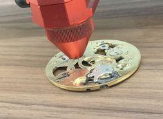 Marquage laser laiton sur mécanisme de montre à gousset – Imprimerie ICB Gravure Laser, Gym Equipment, Plates, Printing, Brass, Licence Plates, Plate, Dish, Workout Equipment