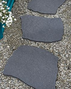 Recycled Rubber Flagstone Stepping Stone Simple Easy shares a story of how a handy homeowner designed and built a large flagstone patio with irregularly shaped stones. Garden Pavers, Garden Stepping Stones, Flagstone Patio, Garden Edging, Concrete Paving, Stepping Stone Crafts, Flagstone Pathway, Rock Pathway, Stone Garden Paths