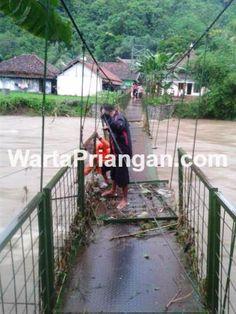 Debit sungai Cibera yang sangat deras hingga meluap. (foto: yayat ruhiyat/wp)