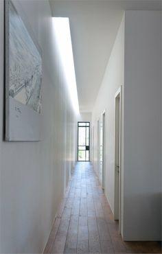 :: DETAILS :: light wells - high ceiling - narrow hallway :: by House E / Sharon Neuman Architects Corridor Lighting, Cove Lighting, Interior Lighting, Lighting Design, Lighting Ideas, Architecture Details, Interior Architecture, Interior And Exterior, Interior Design