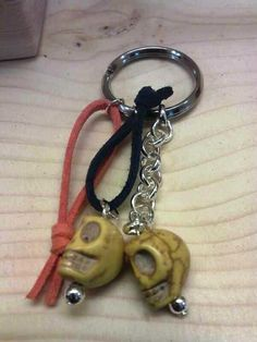 Llavero con ante, cadena y calaveras