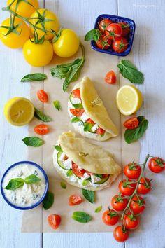 Sur le pouce : Pita, façon Gyros: tzatziki, concombre, tomates & feta
