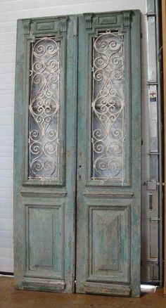 frosted glass with black scroll stenciling on bedroom french doors. p idea frosted glass with black scroll stenciling on bedroom french doors p Vintage Doors, Antique Doors, Old Doors, Entry Doors, Patio Doors, Bedroom Closet Doors, Diy Bedroom, Bedroom Black, Bedroom Furniture