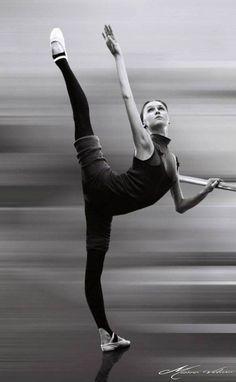 Svetlana Zakharova in class during Mariinsky's season in Brasil, Rio de Janeiro, Photo by Mário Veloso. Ballet Du Bolchoï, Bolshoi Ballet, Ballet Class, Ballet Dancers, Ballet Feet, Ballet Barre, Svetlana Zakharova, Shall We Dance, Just Dance