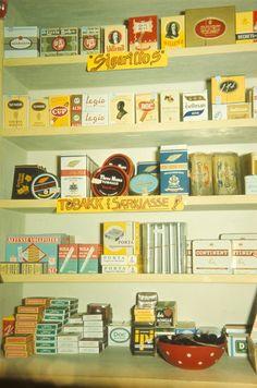 Butikkinteriør. Hyller med tobakk i butikk