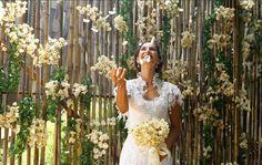 Vestido de noiva com patchwork de rendas de Camila Pitanga 'afina' a cintura