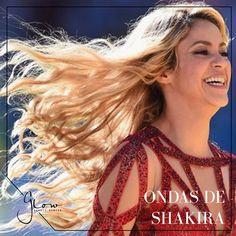 Cómo lograr las ondas del cabello de Shakira ASO POR PASO 1. Lavar y acondicionar el cabello para retener la hidratación y mantener el cabello suave todo el día.  2. Aplicar una pequeña cantidad de un producto que proteja el cabello del calor - uniformemente de raíz a punta en el cabello; después, peinar y cepillar el cabello con una secadora.  3. Una vez el cabello esté seco, tomar una plancha de 1.5 pulgadas y mientras se alisa el cabello darle una vuelta y media