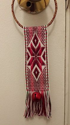 Resultado de imagen para diseños para tejer en telar mapuche Inkle Weaving, Inkle Loom, Card Weaving, Tablet Weaving, Weaving Art, Finger Weaving, Weaving Textiles, Weaving Projects, Weaving Techniques