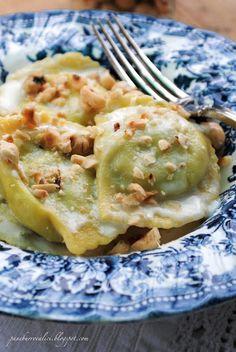 ravioli di borragine e ricotta di capra con crema al parmigiano e nocciole tostate