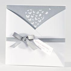 Buromac Faire-part de mariage La Vie en Rose 106072 Cette pochette en forme de cache-cœur renferme un magnifique intercalaire blanc et argenté décoré de papillons en forme de coeur. Le tout noué avec un large ruban gris (livré d'office) et le charme opèrera à coup sûr !