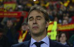 Spain's coach Julen Lopetegui listens to the Spanish anthem before the WC 2018 group G football qualifing match Spain vs Israel at El Molinon stadium in Gijon on March 24, 2017. / AFP PHOTO / MIGUEL RIOPA