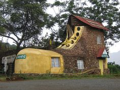 Shoe House in Branddraal, Mpumalanga, South Africa Unusual Buildings, Beautiful Buildings, Architecture Design, Vernacular Architecture, Crazy Houses, Weird Houses, Unusual Homes, Traditional House, South Africa
