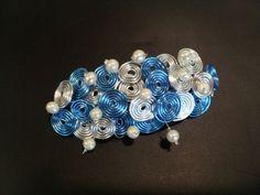 Tocado-Broche con hilo de aluminio, perlas de rio cultivadas y hilo de acero.