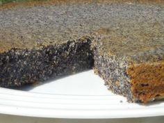 Celozrnný makovec     100 g celozrnné špaldové mouky     200 g mletého máku     50 g másla, olej     100 g moučkového cukru     1 vejce     1 vanilkový cukr     půl lžičky skořice     šťáva z 1 citrónu     250 ml mléka      1/2 prášku do pečiva