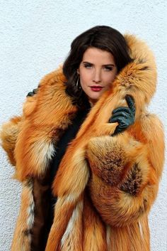 Red fox and leather gloves Fox Fur Coat, Fur Coats, 2017 Image, Stunning Brunette, Fabulous Furs, Vintage Fur, Red Fox, Fur Fashion, Leather Gloves