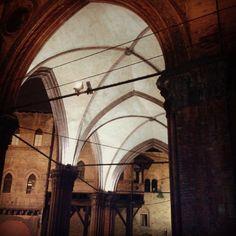 Bologna, foto di @angyliveangy , Piazza della Mercanzia, dal concorso I PORTICI DI BOLOGNA