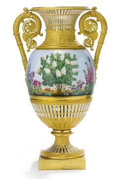 A RUSSIAN PORCELAIN VASE, IMPERIAL PORCELAIN MANUFACTORY, ST. PETERSBURG, PERIOD OF ALEXANDER I (1801-1825)