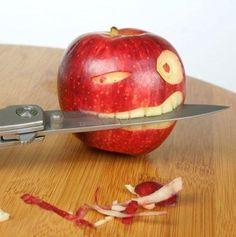 Apple carving. Sculpture de pomme.