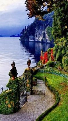 Lakeside jardim no Villa del Balbianello no belo Lago de Como, na Lombardia… Places Around The World, Oh The Places You'll Go, Places To Travel, Places To Visit, Travel Destinations, Dream Vacations, Vacation Spots, Vacation Packages, Italy Vacation