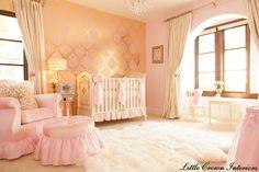 Dourado, creme e rosa. Detalhe para o papel de parede.