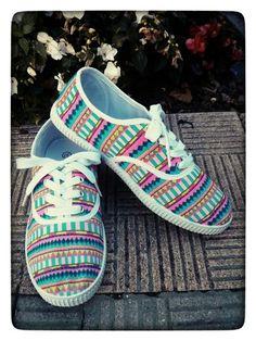 Zapatillas pintadas con estampado étnico Decorated Shoes, More Cute, Fabric Painting, Diy Clothes, Diy Fashion, Adidas Sneakers, Cool Outfits, Converse, Ice Age