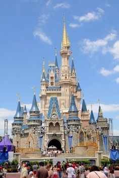 Check out these Disney World vacation tips for families. You will save time and money with these 10 tips making your Disney vacation a success. Disney World Tipps, Disney World Food, Disney World Planning, Walt Disney World Vacations, Disney World Tips And Tricks, Disney Tips, Disney Fun, Disney Parks, Disney Travel