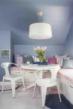 Flieder Wandfarbe, weiße Eckbank mit stauraum und rosa Akzente