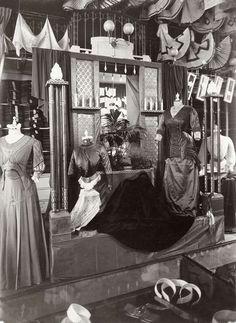 Interieur van dameskledingzaak Maison de Vries, Leidsestraat 89-93, Amsterdam. Nederland, 1909.
