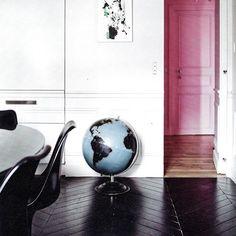 This floor! Via Milk Magazine. Photo by Louise Desrosiers. #blackandpink #blackfloor #herringbonefloor #parquet #woodenfloor #paintedwood #paintedfloor #hongaarsepunt #globe #saarinen #saarinenchair #milkmagazine #interiordesign #interior #instainterior #instadecor #interieur #interiorstyling #louisedesrosiers #hallway #woodwork de made.by.michele