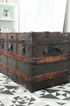 deko Unique Vintage Steamer Trunk Parenting - Find The Right Balance! Wooden Trunks, Old Trunks, Trunks And Chests, Vintage Chest, Vintage Trunks, Antique Trunks, Vintage Steamer Trunk, Trunk Makeover, Trunk Furniture