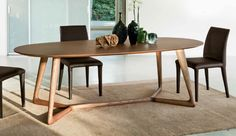 Dining ovale table in solid wood, available in natural ash, wengè or walnut. Elegance and nordic design.