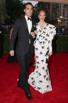 Andres Santo Domingo and his wife Lauren Santo Domingo on the red carpet! She's wearing a bold Oscar De La Renta Dress #fashion #AndresSantoDomingo