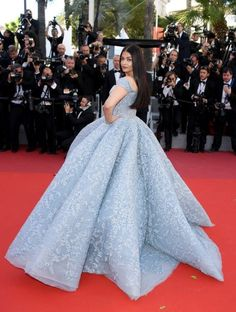 The annual Cannes Film Festival is currently taking place from 17 to 28 May in Cannes, France. The annual Cannes Film Festival is currently Source by bsudharajeswari de xv azul francia Elegant Dresses, Pretty Dresses, Formal Dresses, Cannes Film Festival, Festival 2017, Tulle Ball Gown, Ball Gowns, Prom Gowns, Ball Dresses