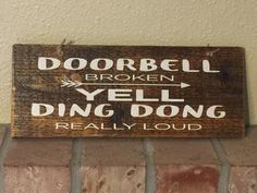 Funny welcome sign Rustic reclaimed wood Doorbell Broken yell ding dong really loud Country burlap Carved Wood Signs, Diy Wood Signs, Rustic Signs, Country Signs, Country Chic, Wood Carving Designs, Wood Carving Patterns, Wood Patterns, Pallet Crafts