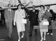 Soraya (Esfandiary Bakhtiary) *-+ Kaiserin von Persien 1951-1958, Iran - Rueckkehr nach Deutschland nach der Scheidung: Ankunft auf dem Flughafen Duesseldorf in Begleitung ihres Vaters (mit Stock) und einer iranischen Botschaftsangehoerigen