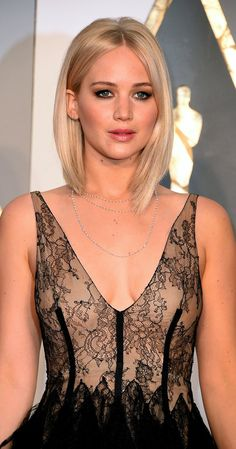 Jennifer Lawrence from Best Accessories at the 2016 Oscars Subtly is often something that's left at home when it comes to awards shows. That's why Jennifer Lawrence's dainty necklaces hit a major style chord. Pelo Jennifer Lawrence, Jennifer Lawrence Haircut, Hair Inspo, Hair Inspiration, Brown Blonde Hair, Hair Today, New Hair, Cool Hairstyles, Short Hair Styles