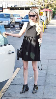 Emma Roberts in Black Mini Dress Eric Roberts, Casual Look, Casual Chic, Johnny Depp, Emma Roberts Style, Look Fashion, Fashion Outfits, Dress Out, Celebrity Style