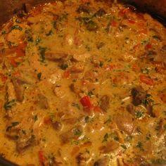 Egy finom Tejszínes-gombás csirkeragu spagettivel ebédre vagy vacsorára? Tejszínes-gombás csirkeragu spagettivel Receptek a Mindmegette.hu Recept gyűjteményében! Meat Recipes, Curry, Ethnic Recipes, Food, Yummy Food, Recipes, Kochen, Beef Recipes, Steak Recipes