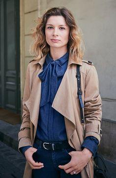 #ComptoirStories by Comptoir des Cotonniers - Pauline porte le trench long fluide, la chemise denim avec lavallière et un jean slim.