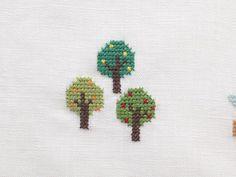 少しずつ色の違う3本の木のステッチ。/おしゃれなクロスステッチ&小物(「はんど&はあと」2012年9月号)