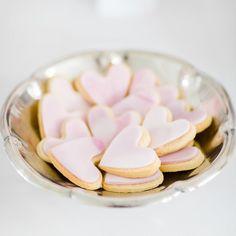 #mundushannover #fineartbakery #handmade #cookies #candybar #cakebar #flowers #hanover #delicious #wedding #weddinginspiration #hannover #summer #love  photo: @anja_schneemann_photography  flowers: @milles_fleurs_  decoration: @pompomyourlife  wedding blog: @friedatheres  sweets: @mundus_hannover
